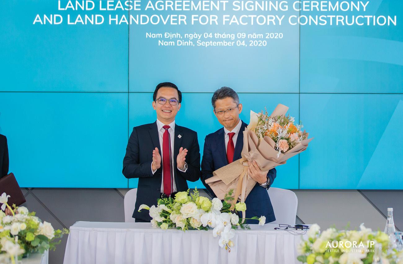 Đại diện Top Textile Việt Nam nhận hoa
