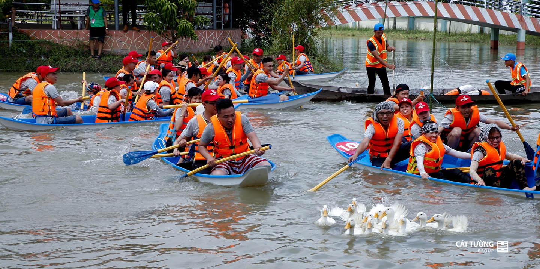 Chèo thuyền bắt vịt   Team Builidng Cát Tường Group 2019