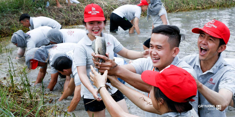 vui mừng bắt cá   Team Builidng Cát Tường Group 2019
