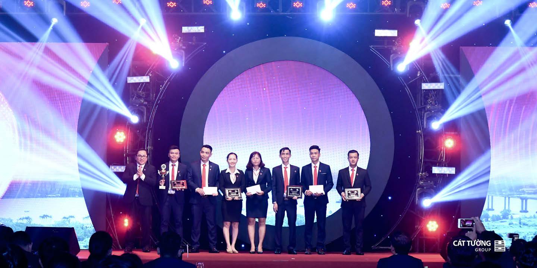 Ban Lãnh đạo Cát Tường Group trao giải Team Building 2019