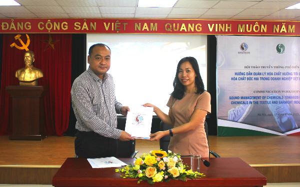 Lễ trao bản cam kết áp dụng tài liệu Hướng dẫn quản lý hóa chất