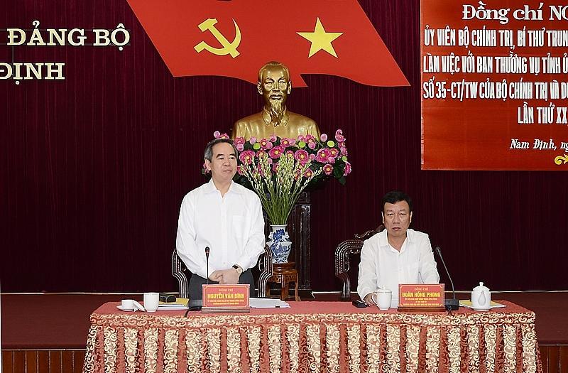 Đồng chí Nguyễn Văn Bình phát biểu