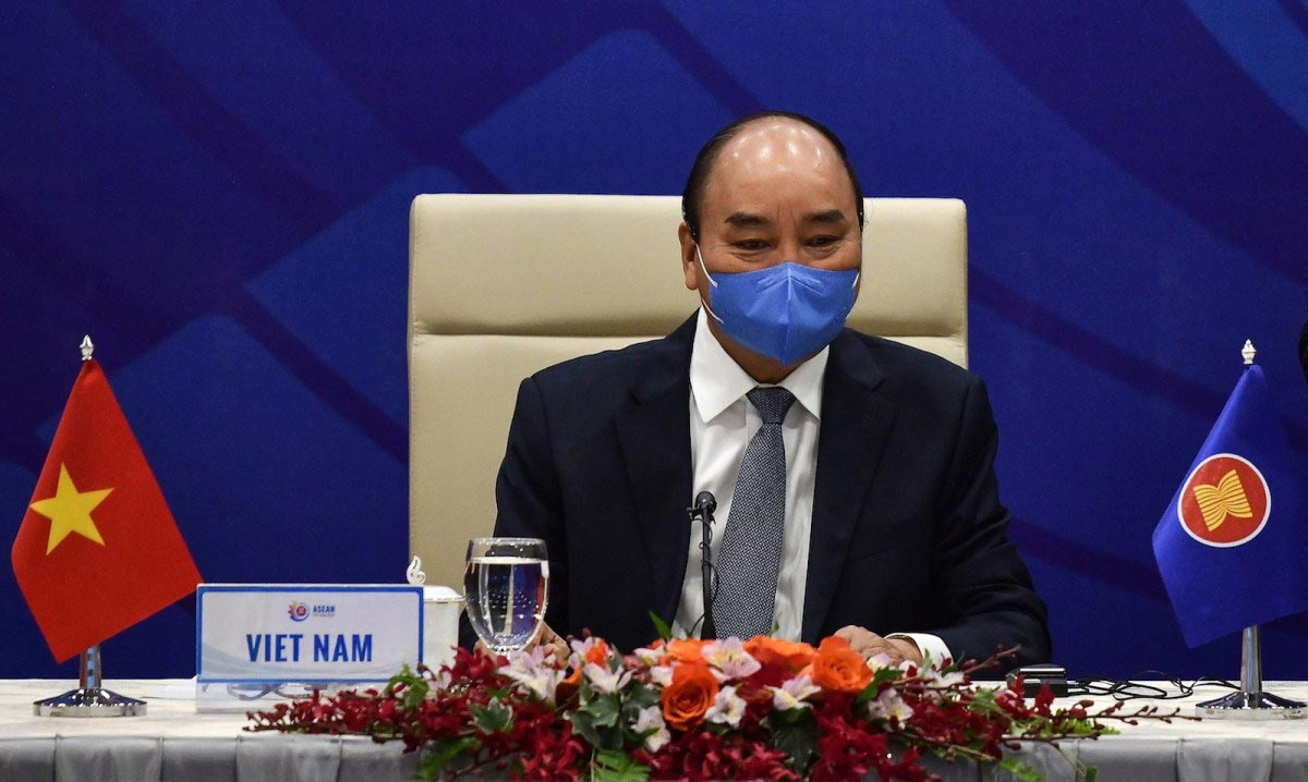 Vietnamese Prime Minister wearing a face mask